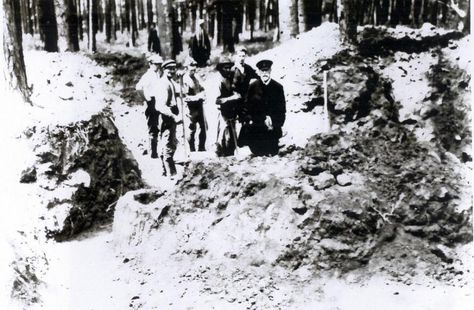 President T. G. M. v jezdeckém obleku s dělníky v mohyle.