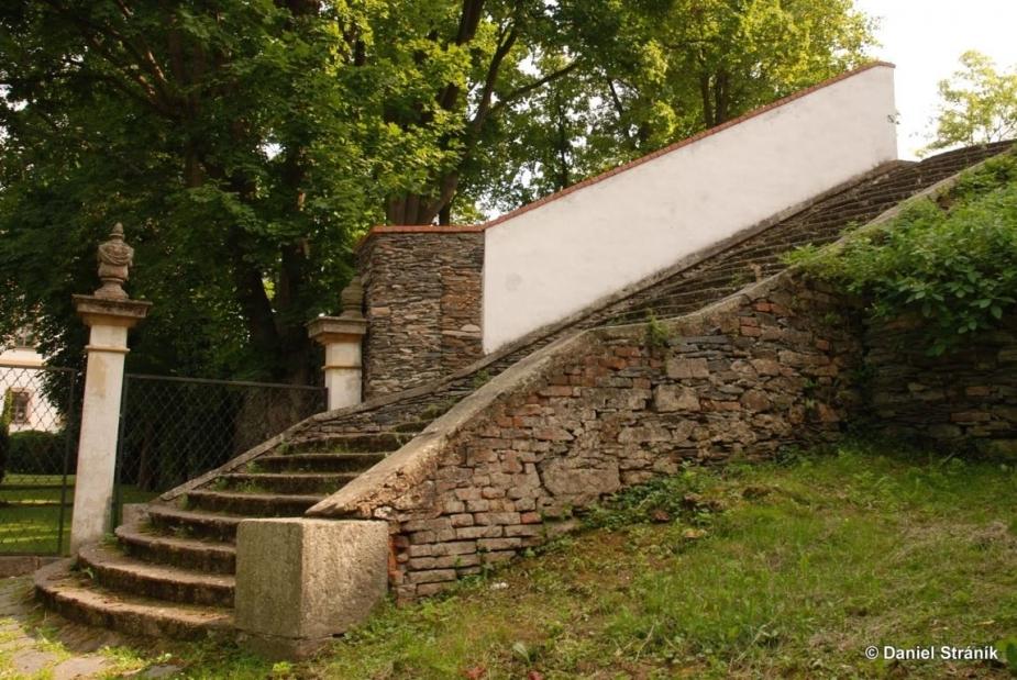 Jednoramenné schodiště před průčelím kostela Panny Marie Sedmibolestné. Autor: D. Stráník.
